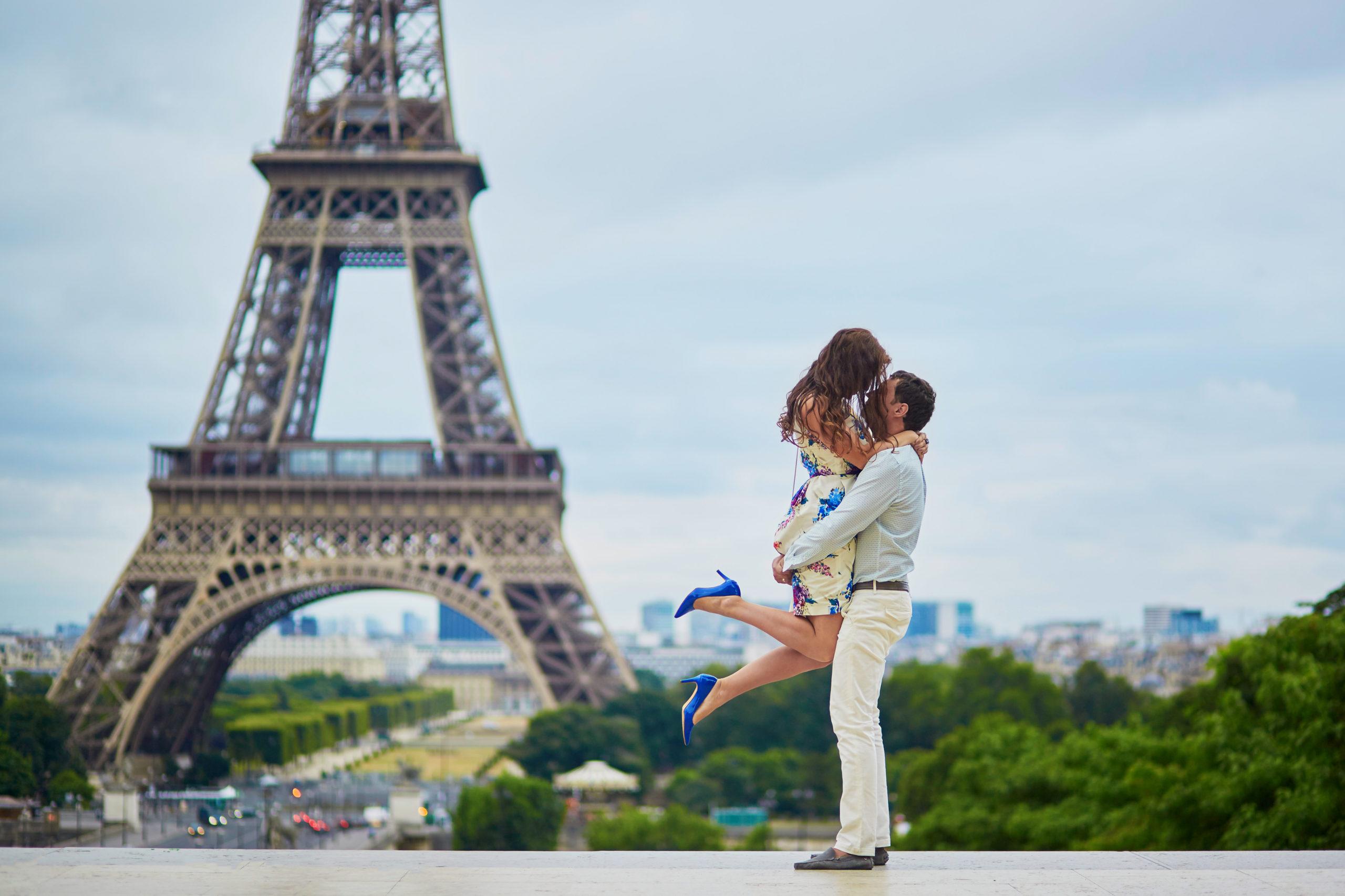 PARIS EIFFEL COUPLE